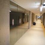 (2013年11月)広々とした廊下が続く2
