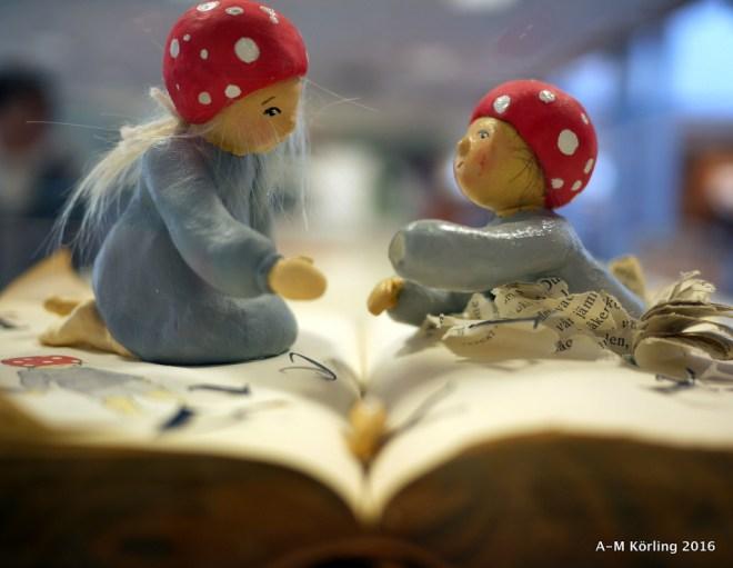 Från stadsbiblioteket i Lund fanns denna vackra skulptur av att vara bland böckerna.