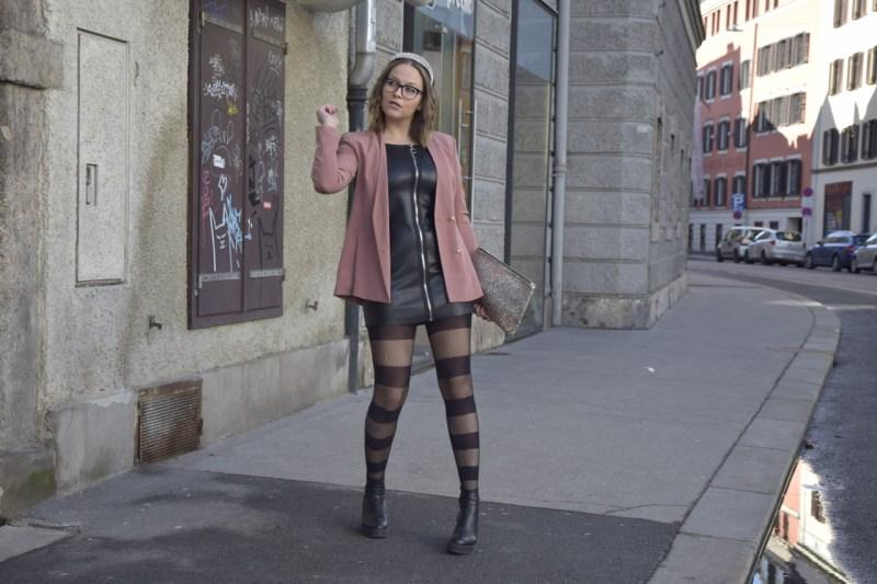 Bloggerin aus Innsbruck Sara Erb erzählt narrativ eingebettet, wie sie ihr Outfit mit schwarzem, frechem Lederkleid und rosefarbenem Blazer gestylt hat.