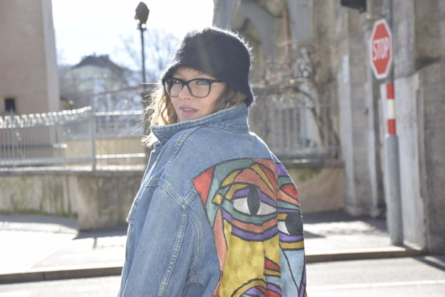 La Sara Leona gets portraited in 90s style wearing a denim jacket which is embroidered with picasso art in Innsbruck.