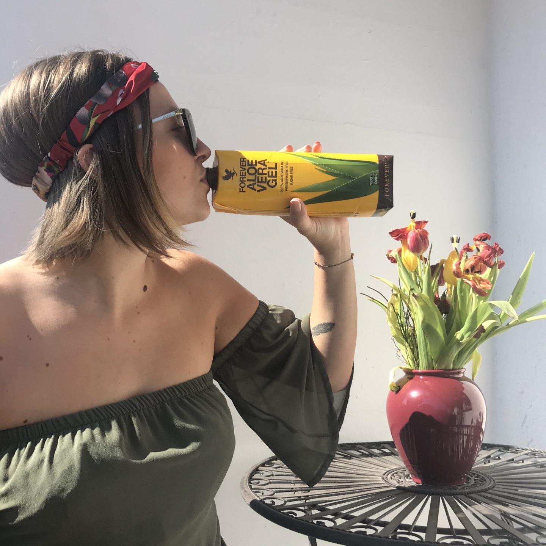 La Sara Leona trinkt auf ihrem Balkon Aloe Vera Gel von Forever für ein gestärktes Immunsystem in der Corona Virus Zeit.