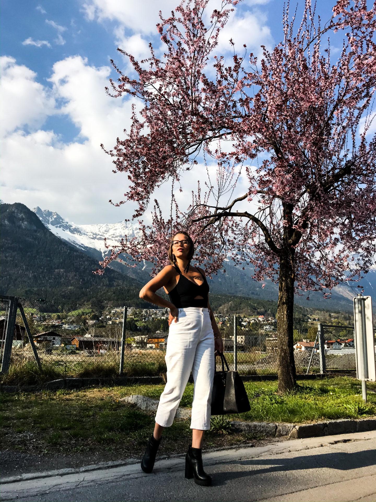 Sara Erb schrieb Blogpost zu selbstbewussten Persönlichkeit mit weißter highwaist HOse und schwarzem Croptop