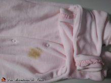 Pijama Rosa Manchado - trucos para limpiar manchas de caca en la ropa del bebé