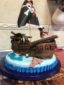 Mi morena Tarta de piratas con Playmobil vista lateral