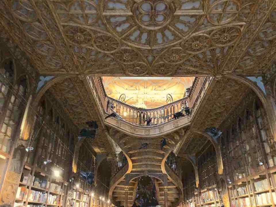 Mi morena Librería Lello Oporto escalera entrada