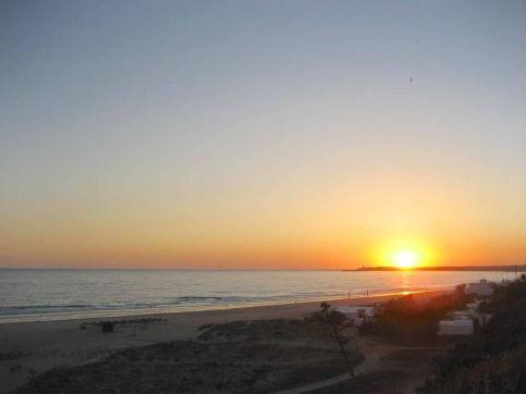 Mi morena Ella en su habitación puesta de sol en la playa