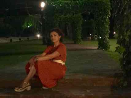 Mi morena elegancia sentada parque