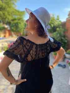 Mi morena Lo que queda por vivir perfil con sombrero