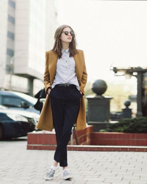 10 pantalon sastre y sneakers basics