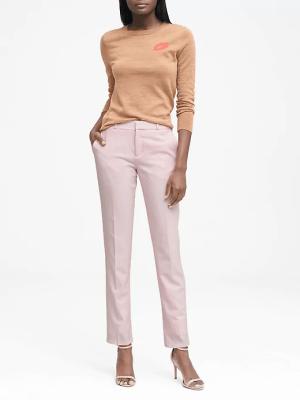 Pantalón recto rosa. Si no te apetece un total look en rosa, combínalos con una americana negra o gris. Banana Republic