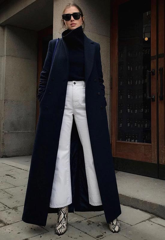 How to wear white jeans, flared jeans with a long black coat, perfect for winter - La Selectiva