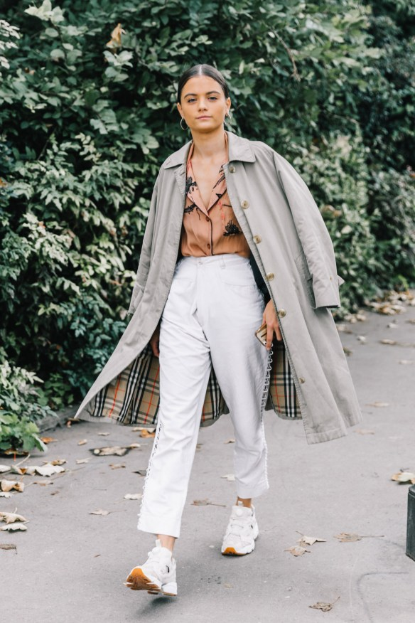 How to wear white jeans, with a Burberry's Trench - La Selectiva