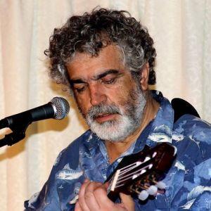 Canta autor, Raúl Acevedo.