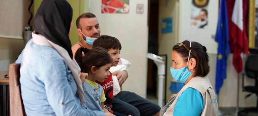 Un médico de UNICEF trata a un niño pocos días después de la explosión.