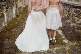 Couple lesbien en robe de mariée