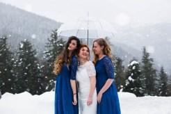 Mariée et ses demoiselles d'honneur sous la neige