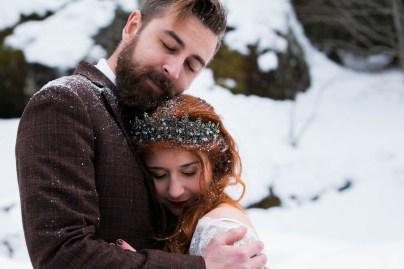 Des mariés sous la neige