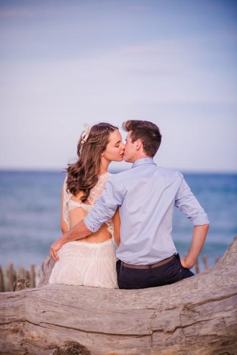 Couple s'embrassant devant la mer