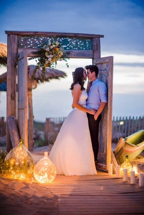 Mariés le soir sur la plage