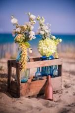 Décoration de mariage avec des bouteilles sur la plage