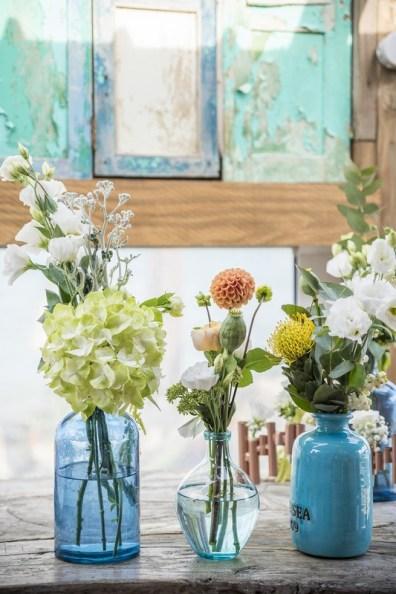 Fleurs dans vases bleus