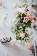 Appareil photo jetable sur chaque table pour un mariage