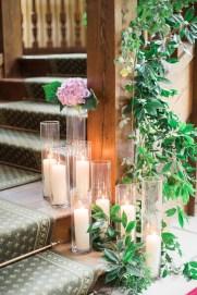 Décoration d'un escalier avec des bougies