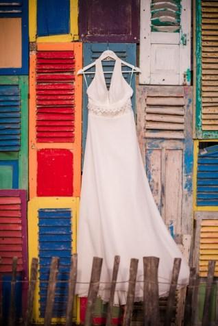 Robe de mariée suspendue à des volets colorés