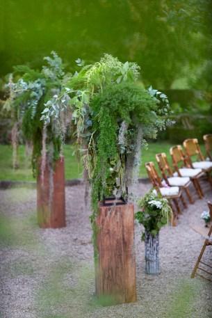Décoration florale pour allée de cérémonie laïque