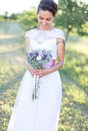 mariee-champetre-et-son-bouquet
