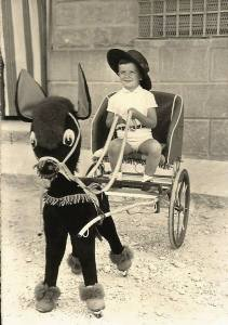 Niño con carrito de juguete