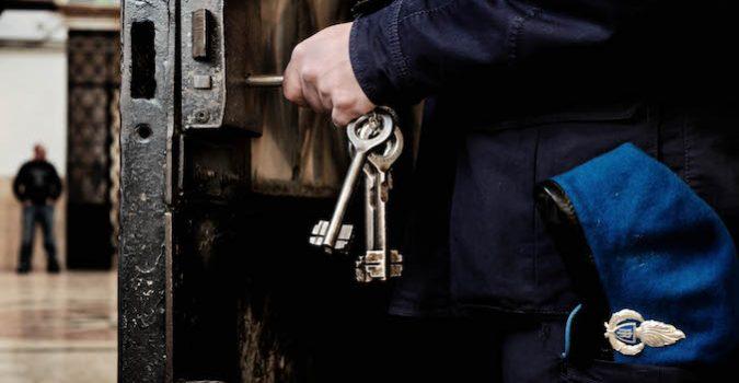Foggia, due agenti di polizia penitenziaria aggrediti da un detenuto