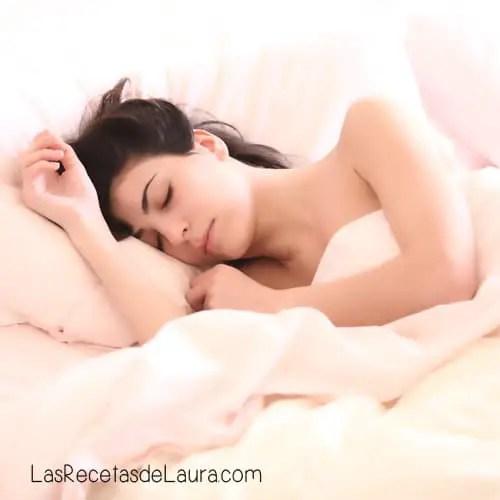 ¿Es malo dormir con el cabello húmedo?