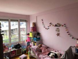 La chambre de la fille de ces autres clients est devenue étouffante : elle a grandi, sa collection de jouets et de livres avec, et se sont ajoutés un module par ci, une étagère par là… ne lui laissant plus d'espace au sol pour jouer. Remède : trier et réaliser une mezzanine sur-mesure dégageant de l'espace en intégrant les fonctions lit + placards à jouets + penderie + bibliothèque, et pensée pour évoluer avec l'âge de la demoiselle.