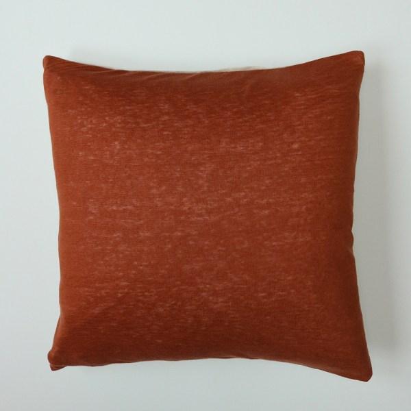 Voici la housse de coussin en jersey de lin Ginger, de couleurs rousse et beige. Cette housse est fabriquée en France de façon artisanale.