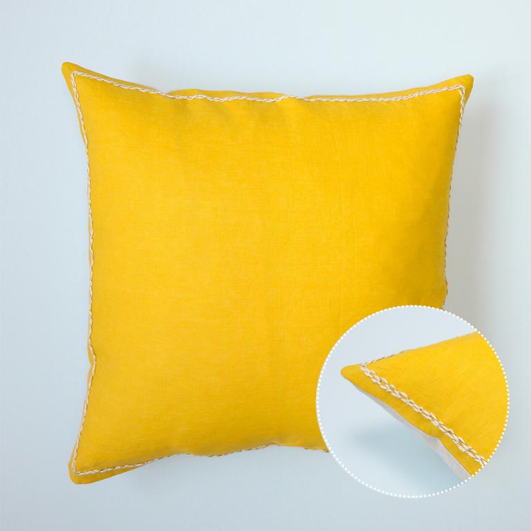 Voici la housse de coussin en lin jaune Lance, réalisée à la main en France.