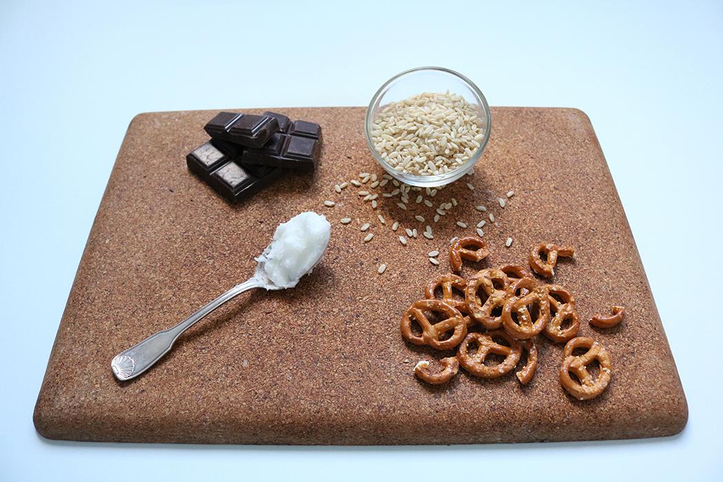 Voici les ingrédients de ma recette gourmande, rapide et saine de chocolat vegan au bretzel et riz soufflé, chocolat, bretzel, riz et huile de coco.