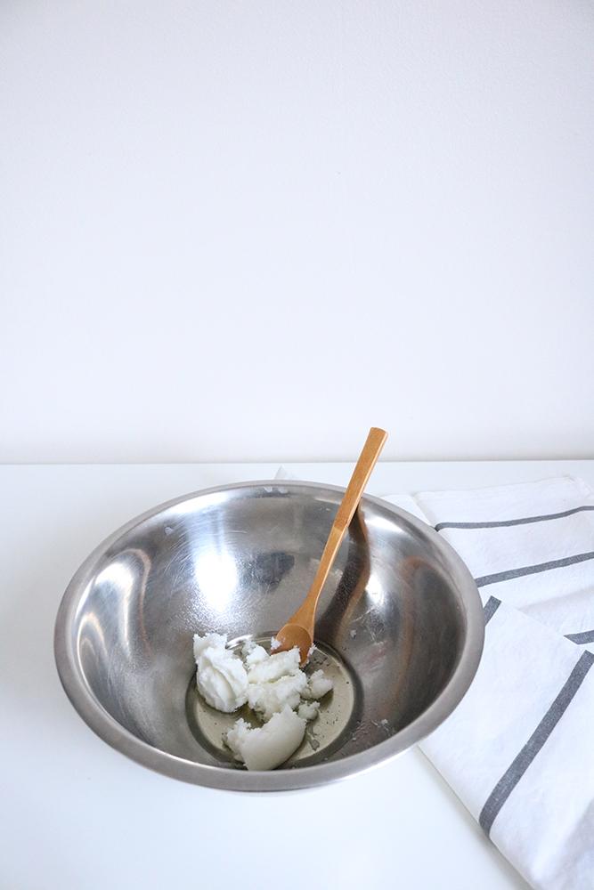 Voici la première étape pour le diy beurre corporel maison, beurre de karaté e huile d'amande douce.