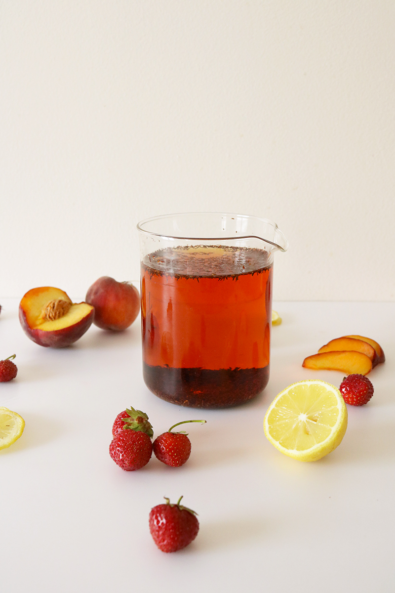 Infusion de Rooibos pour préparer le Fresh Red, boisson fraîche au Rooibos aromatisée avec du jus de fruits.