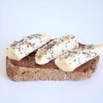 Toast à la banane et à la pâte à tartiner maison, le tout sur du pain sans gluten maison.