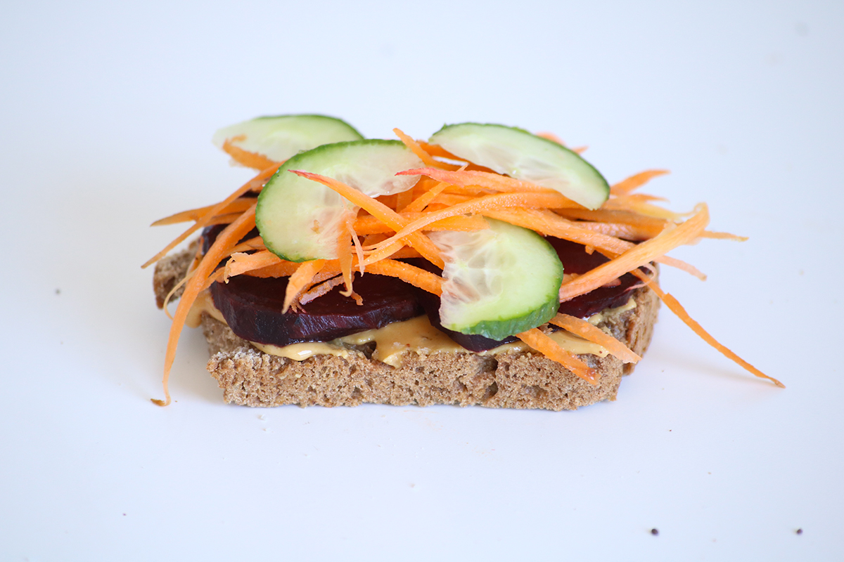 Toast betterave, carotte, concombre sur pain maison tartiné de beurres d'oléagineux maison.