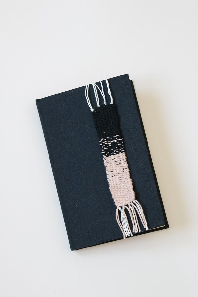 Marque page tissé Julie rose pâle et noir.