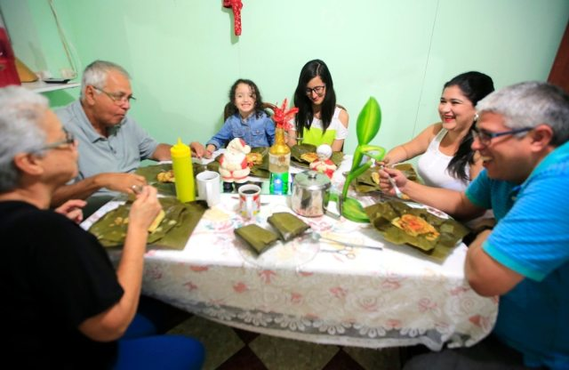 Resultado de imagen para familias ticas comiendo
