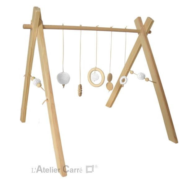 portique ou arche d'éveil bébé en bois naturel et éléments au crochet blanc