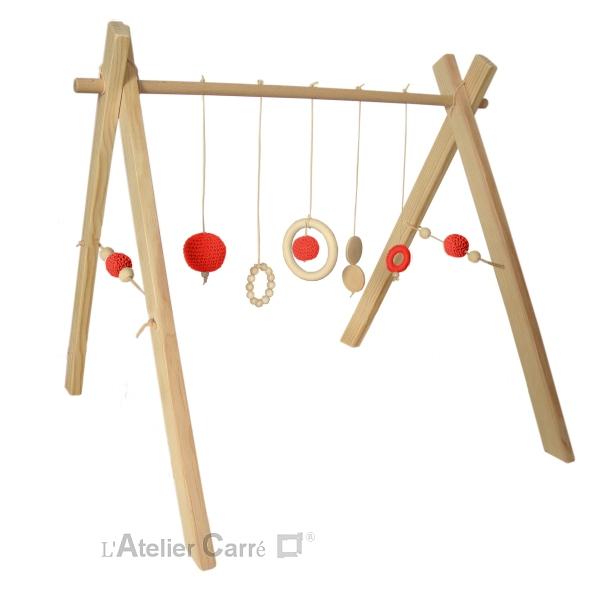 portique ou arche d'éveil bébé en bois naturel et éléments au crochet rouge