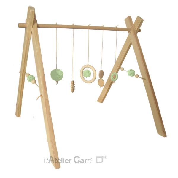 portique ou arche d'éveil bébé en bois naturel et crochet vert clair