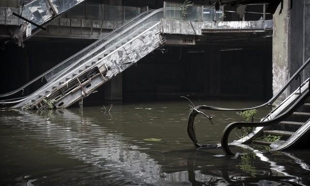 escalator-eau-centre-commercial-abandonne