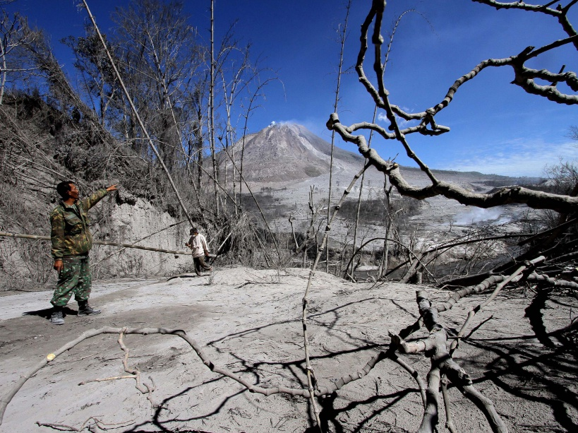 Indonesian search and rescue members continue checking the Gamber village following the eruption of Moutn Sinabung volcano that killed seven people in Karo, North Sumatra on May 23, 2016. Indonesian rescuers searched for survivors in scorched villages and devastated farmlands after a volcano erupted in clouds of searing ash and gas, killing seven and leaving others fighting life-threatening burns. / AFP PHOTO / GATHA GINTING