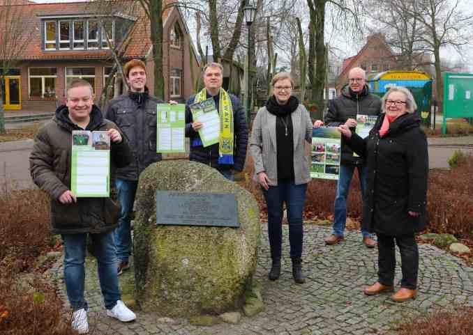 Vertreter des Dorfgespäches präsentieren den neuen Kalender 2021