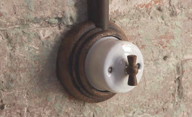 Interruptor Fontini Garbí con peana de madera